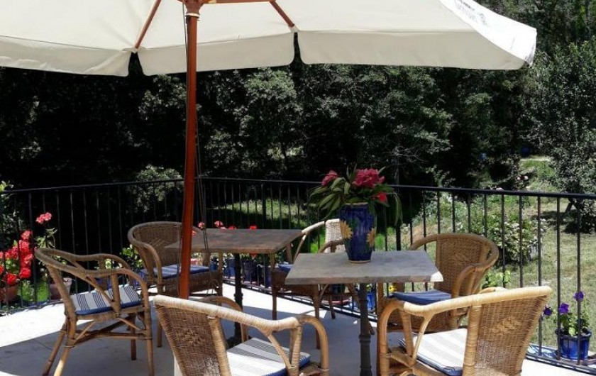 Location de vacances - Chambre d'hôtes à Saint-Martin-le-Vieil - Petit-déjeuner sur la terrasse