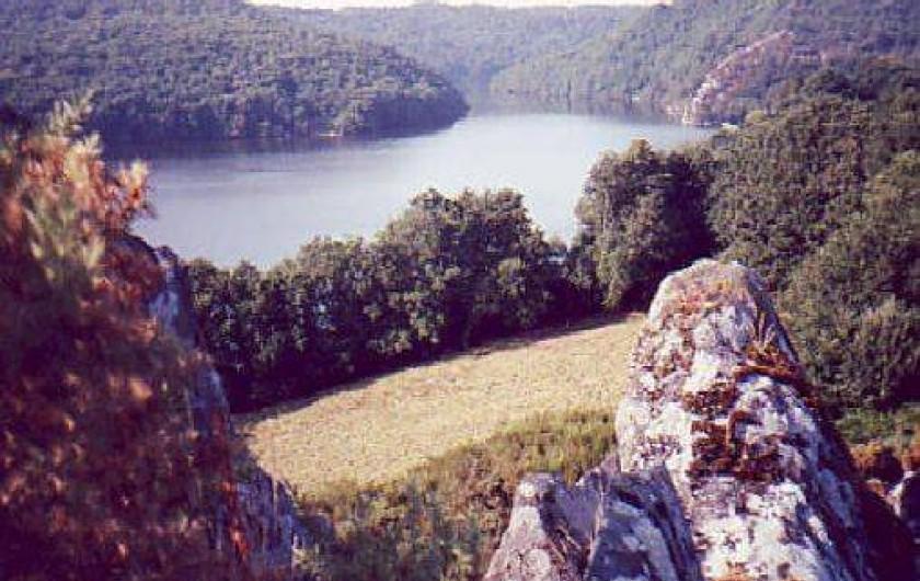 """Location de vacances - Gîte à Saint-Gelven - le lac au lieu dit  """"le roc trègnanton"""" à 15 minutes environ à pieds"""