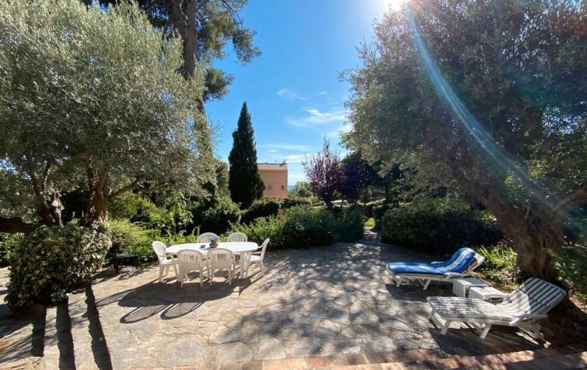 Location de vacances - Maison - Villa à Carqueiranne - Terrasse avec transats