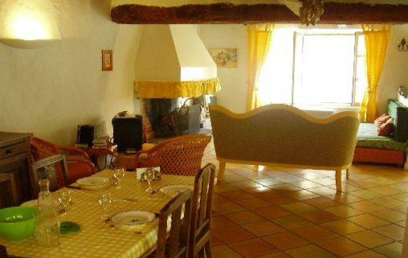 Location de vacances - Gîte à Carcassonne - SALLE  A MANGER  coin salon au fond