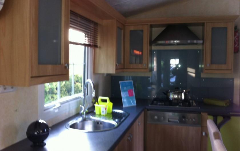 Location de vacances - Bungalow - Mobilhome à Les Mathes - cuisine américaine très bien équipée - lave vaisselle