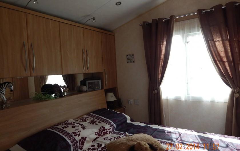 Location de vacances - Bungalow - Mobilhome à Les Mathes - chambre parentale avec cabinet de toilette et WC privés