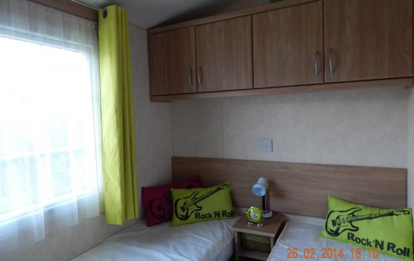 Location de vacances - Bungalow - Mobilhome à Les Mathes - chambre enfants / amis - lits pouvant être rapprochés, avec petit bureau