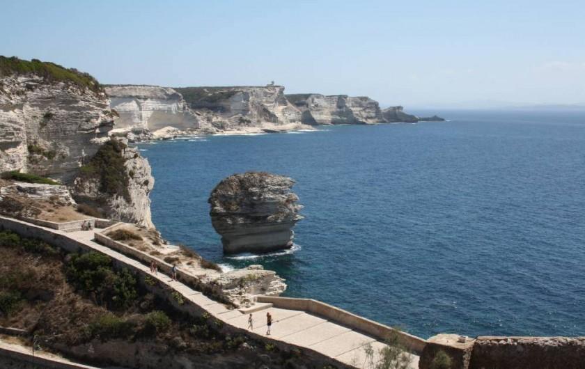 """Location de vacances - Appartement à Propriano - Le """"grain de sable """" et vue des falaises de calcaire à Bonifacio"""