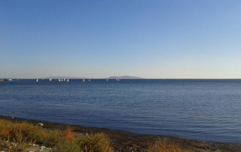 Location de vacances - Appartement à Marseillan - Vue étang de Thau (vue de la ville de Sète en face)