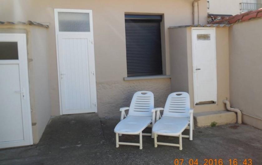 Location de vacances - Villa à Argelès Plage - wc extérieur ainsi que douche