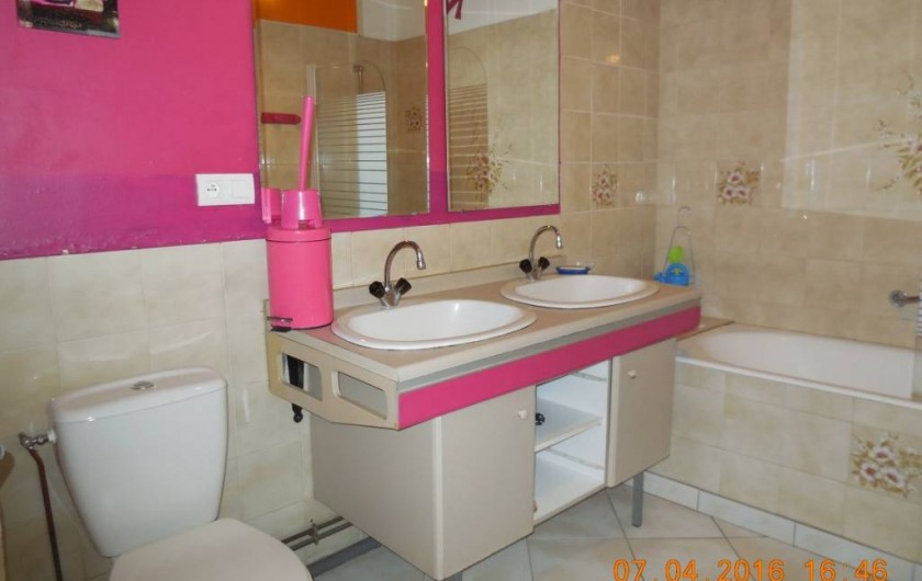 Location de vacances - Villa à Argelès Plage - salle de bain avec baignoire et  wc