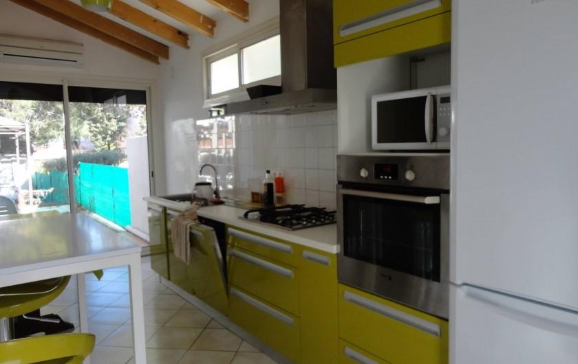 Location de vacances - Villa à Argelès Plage - cuisine très agréable donnant sur le jardin par porte fenêtre