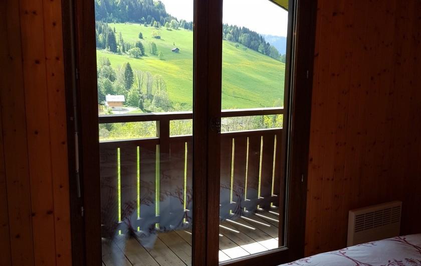 Location de vacances - Appartement à Le Grand-Bornand - Chambre des parents avec son balcon privatif 2/2