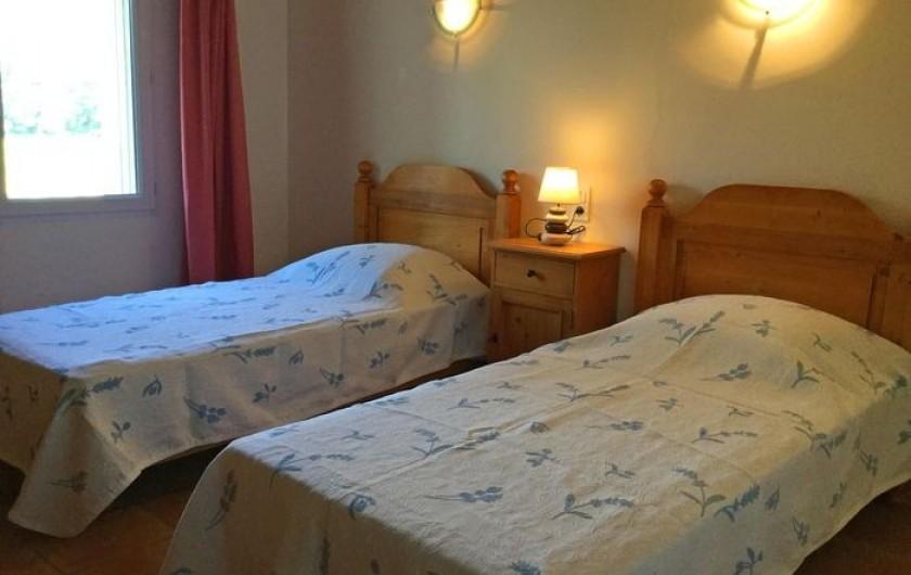 Location de vacances - Gîte à Bédarrides - Chambre avec deux lits simple