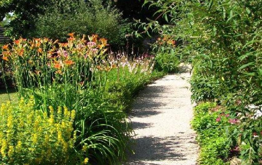 Location de vacances - Chambre d'hôtes à Beaune - Petit chemin à l'entrée du jardin fleuri de la Terre d'Or à Beaune.