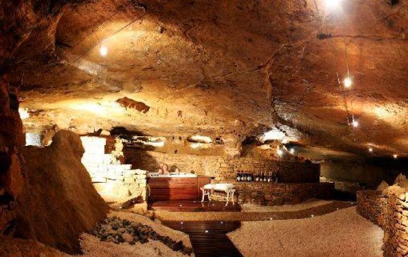 Location de vacances - Chambre d'hôtes à Beaune - Jacuzzi dans la grotte insolite sous la Terre d'Or, à Beaune.