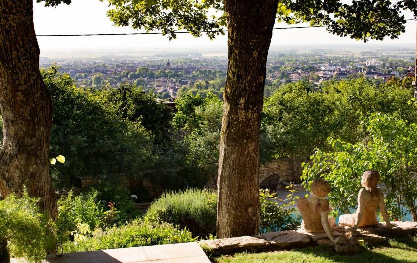 Location de vacances - Chambre d'hôtes à Beaune - Fin septembre, les vignes se colorent sur le chemin qui mène à la Terre d'Or.