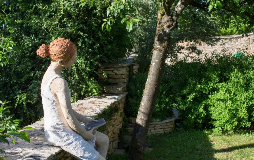 Location de vacances - Chambre d'hôtes à Beaune - Sculpture de Jurga sous le cerisier dans le jardin bio