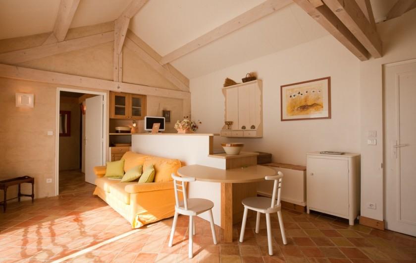 Location de vacances - Chambre d'hôtes à Beaune - Le Gîte Les Lilas, salon/ cuisine, à 80 mètres de la chambre d'hôtes