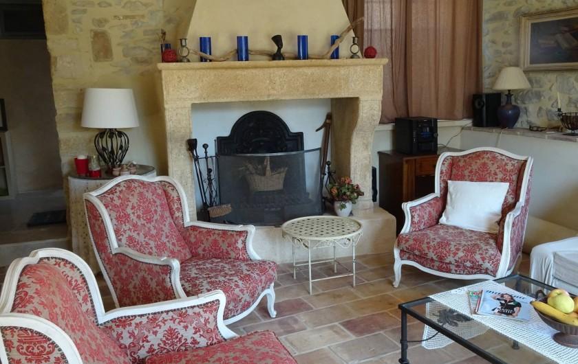 Location de vacances - Mas à Uzès - salon avec cheminée