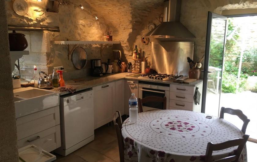 Location de vacances - Mas à Uzès - cuisine avec sa terrasse