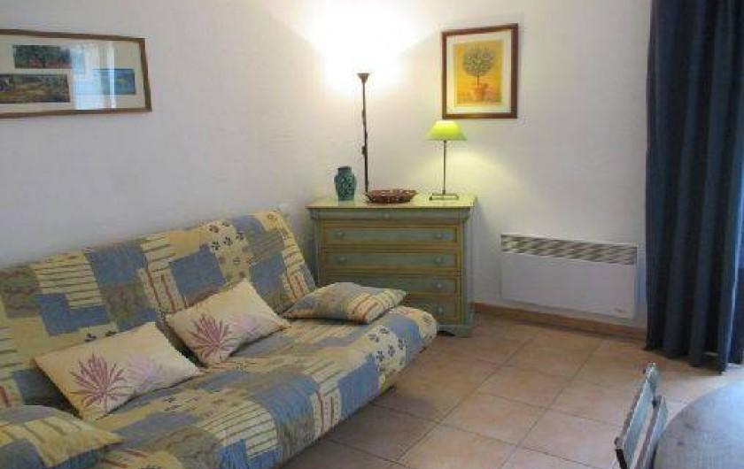 Location de vacances - Gîte à Salon-de-Provence - Séjour avec son canapé clic clac 2 personnes