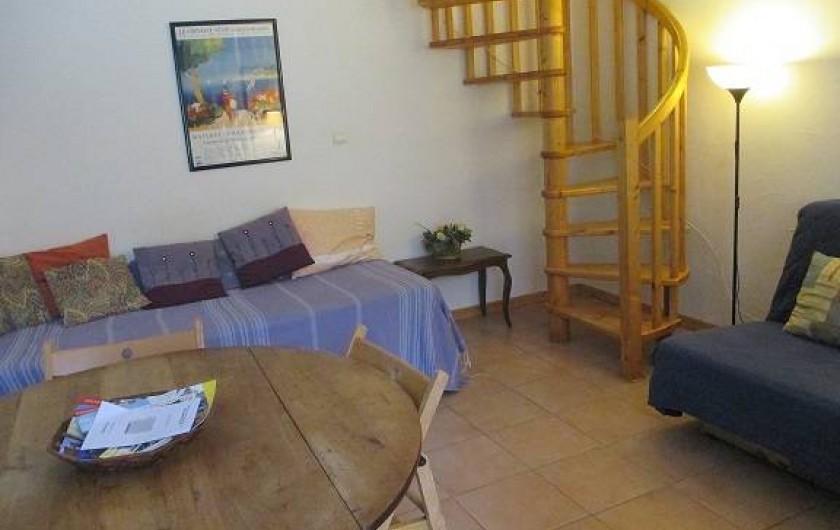 Location de vacances - Gîte à Salon-de-Provence - Le divan  dans le séjour