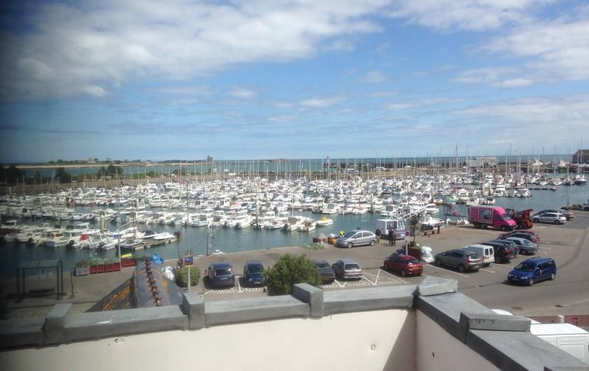 Location de vacances - Studio à Saint-Vaast-la-Hougue - Le port  avec commerces et restaurants sur la droite
