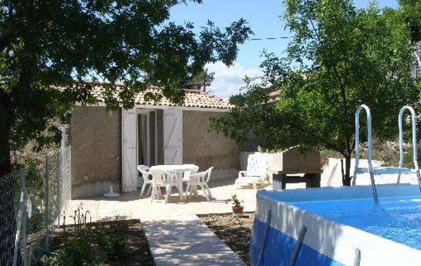 Location de vacances - Gîte à Bize-Minervois - terrasse coin repas barbecue avec piscine(5x3m) au premier plan