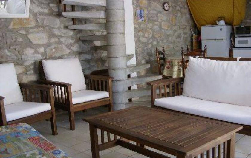 Location de vacances - Gîte à Bize-Minervois - coin séjour avec perspective sur le coin repas