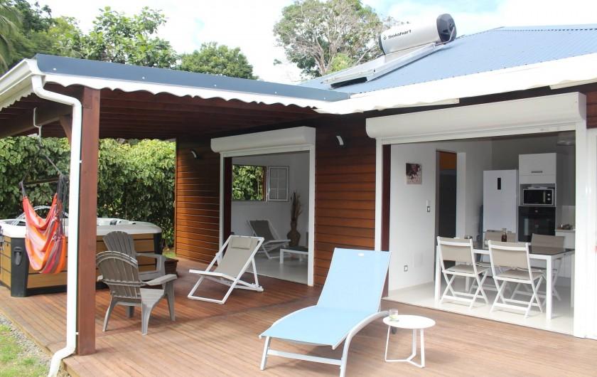 Location de vacances - Maison - Villa à Le Gosier - Une Villa ouverte sur un deck et un beau jardin