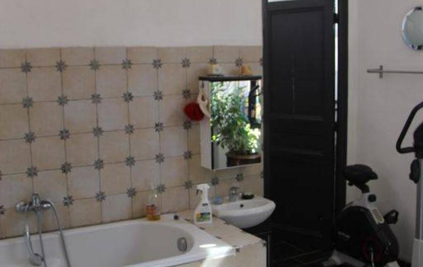 Location de vacances - Appartement à Hyères - Salle de bain avec baignoire/douche
