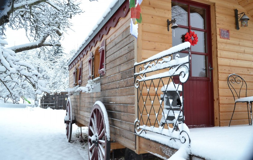 Location de vacances - Roulotte à Saint-Michel-sur-Meurthe - la roulotte sous la neige;; mais bien au chaud à l interieur