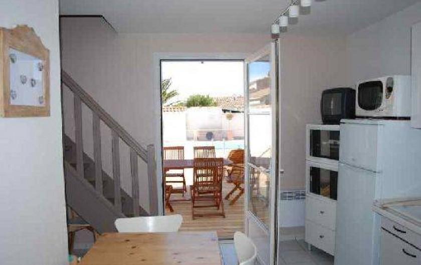 Location de vacances - Maison - Villa à Saint-Clément-des-Baleines - repas kitchnette ouverte  sur terrasse amenagee face piscine chauffée,2 ch
