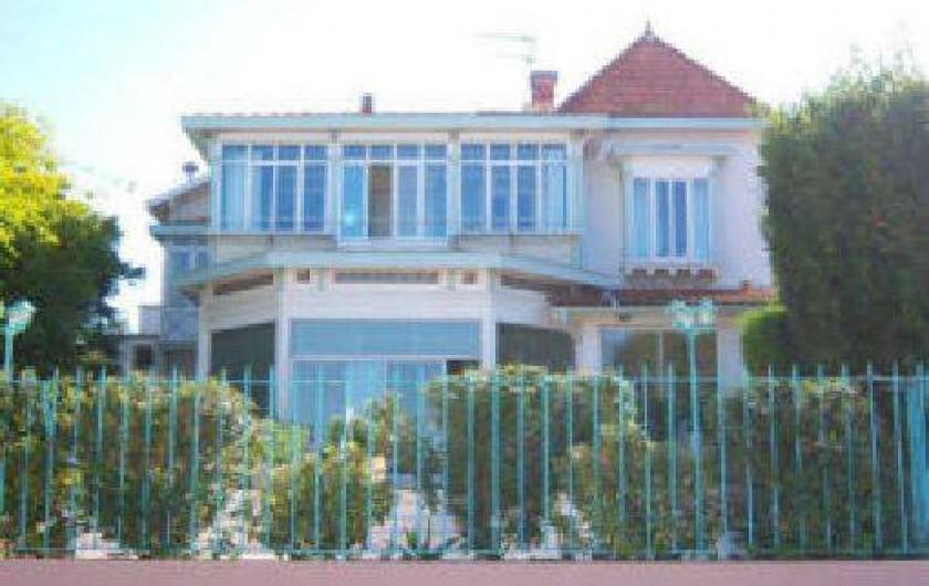 appartement dans villa de prestige avec terrasse acc s direct la plage face au bassin d. Black Bedroom Furniture Sets. Home Design Ideas