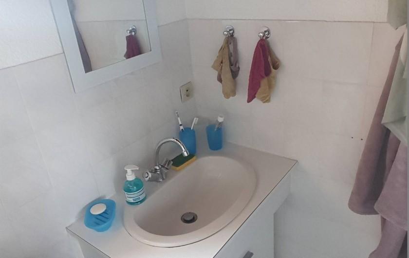 Location de vacances - Villa à Saint-Cyprien Plage - salle de bains coté lavabo
