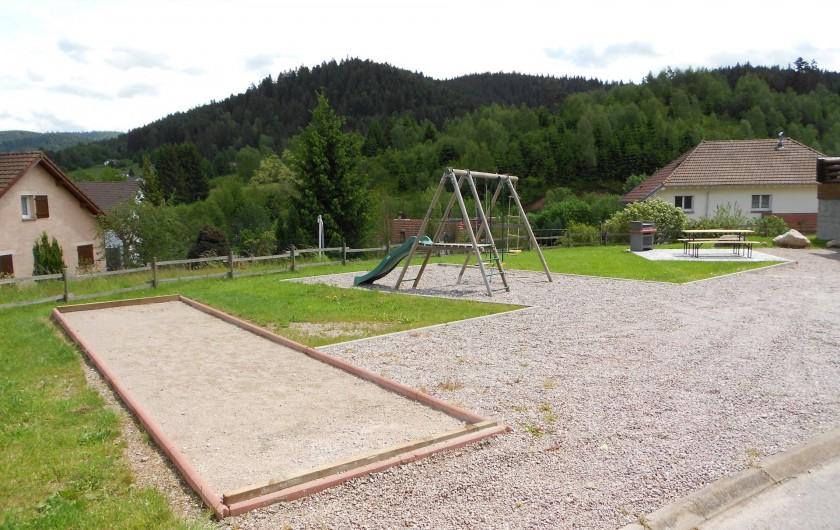Location de vacances - Chalet à Gérardmer - La piste de pétanque et l'aire de jeux.