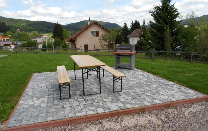 Location de vacances - Chalet à Gérardmer - La seconde terrasse en klinkers avec grand barbecue.