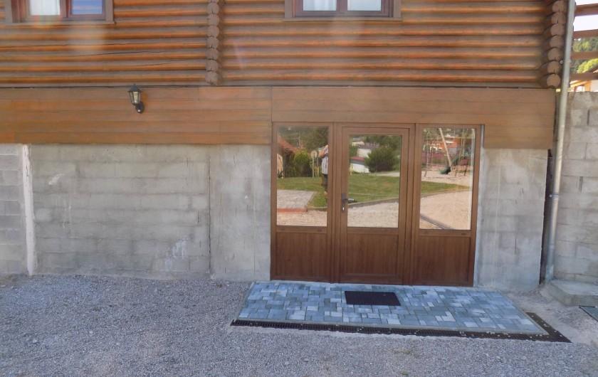 Location de vacances - Chalet à Gérardmer - L'entrée de la salle de jeux du sous-sol