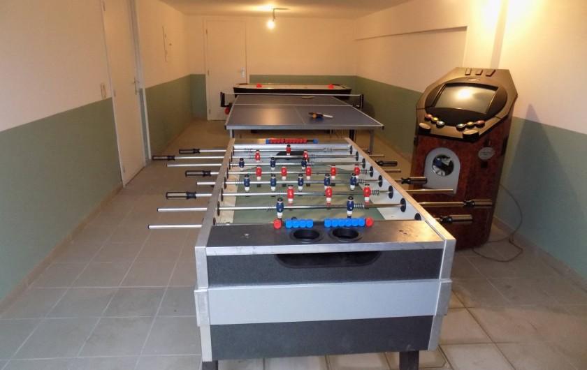 Location de vacances - Chalet à Gérardmer - La salle de jeux avec baby-foot, air-jockey, silver-ball et table de ping pong