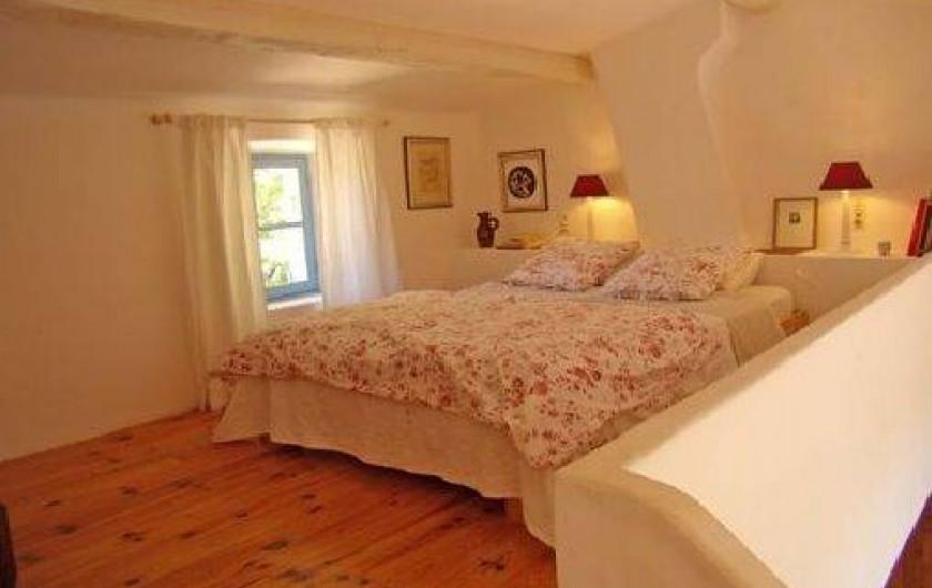 Location de vacances - Mas à Mons - La chambre de maitre, en mezzanine sur petit salon privatif et salle de bains