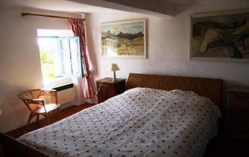 """Location de vacances - Mas à Mons - La """"petite rouge"""", chambre double avec sa  petite salle de bains"""