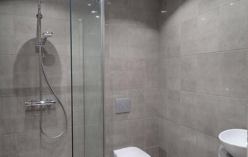 Location de vacances - Gîte à Saint-Hilaire-les-Courbes - Salle de douche...