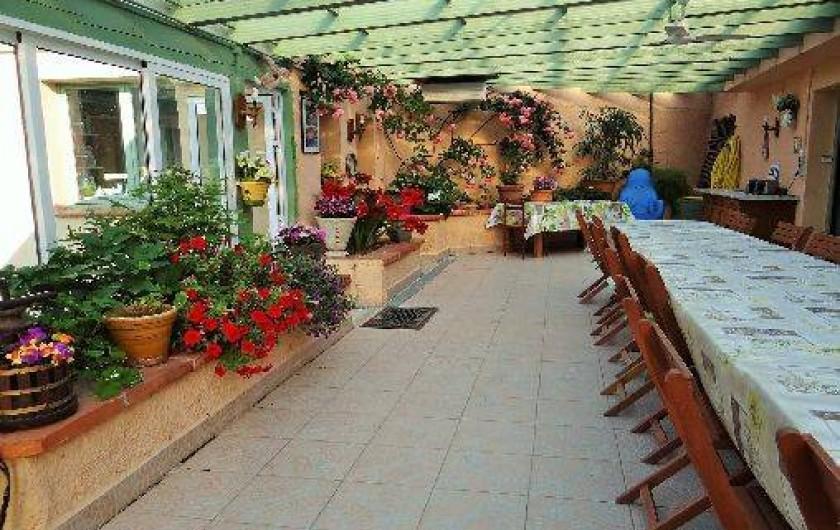 Location de vacances - Chambre d'hôtes à Ortaffa - Terrasse ou est servi la table d'hôtes et le petit déjeuner à la belle saison