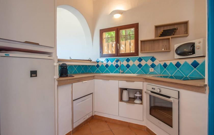 Location de vacances - Maison - Villa à Porto-Vecchio - Cuisine équipée avec four, micro-ondes, frigo, lave-vaisselle et lave-linge