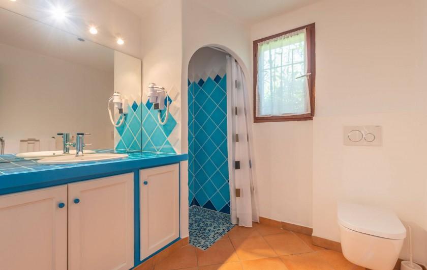 Location de vacances - Maison - Villa à Porto-Vecchio - Mini-villa (1 à 4 pers) Salle de bain avec douche, lavabo et toilette