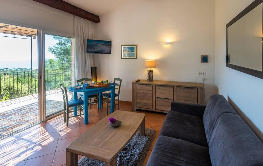 Location de vacances - Maison - Villa à Porto-Vecchio - Mini-villa (1 à 4 pers) Salon et salle à manger avec vue mer