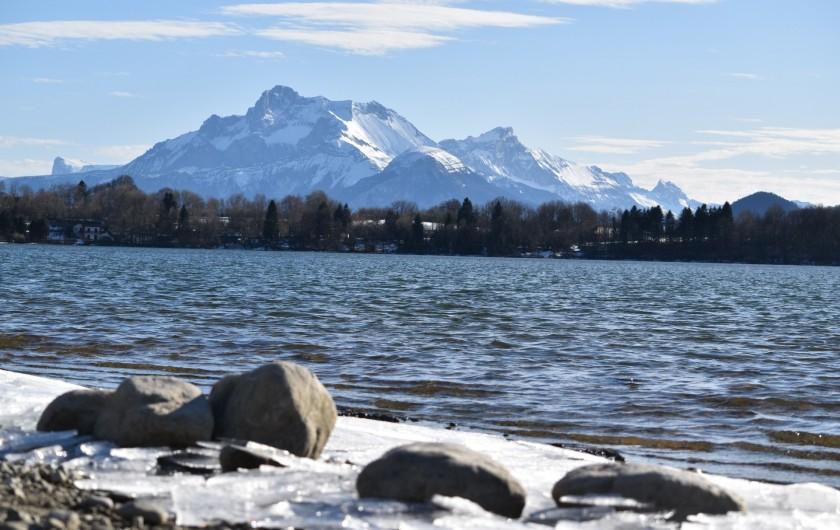 Location de vacances - Villa à Pierre-Châtel - Lac de petitchet au printemps avec la glace et l'Obiou
