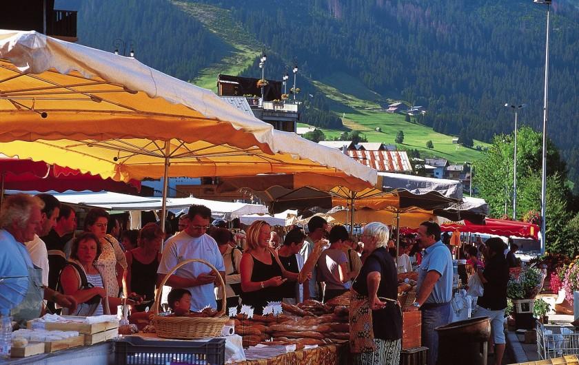 Location de vacances - Chalet à Châtel - son  marché le mercredi et son parking couvert gratuit