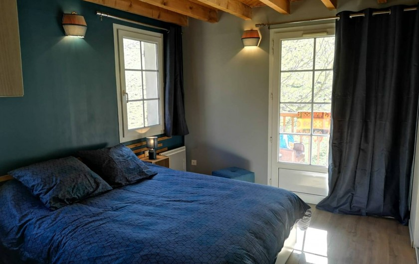 Location de vacances - Gîte à Sainte-Marie de Campan - la chambre bleue donnant sur la galerie couverte