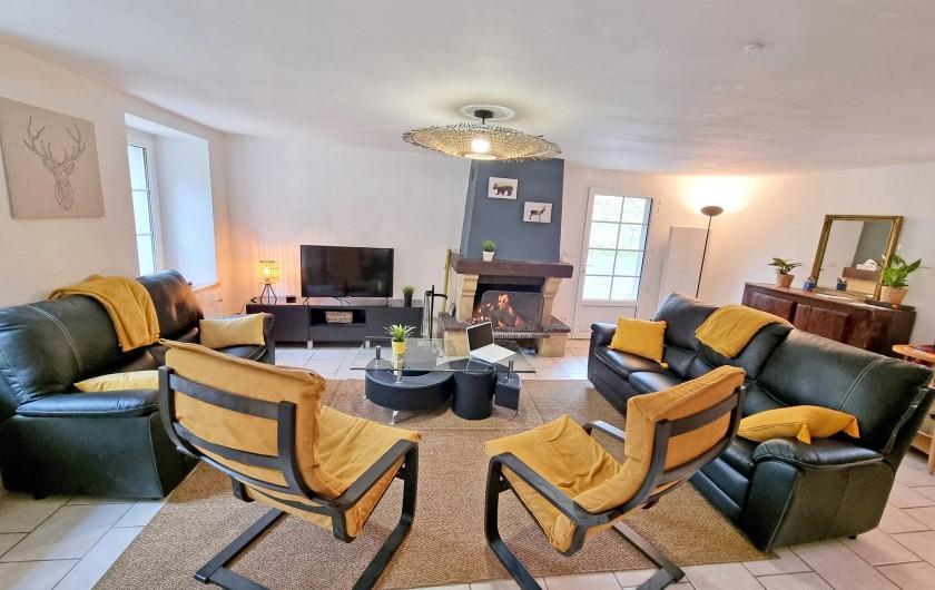 Location de vacances - Gîte à Sainte-Marie de Campan - la terrasse donnant sur les jardins avec table réduite pour 6 personnes