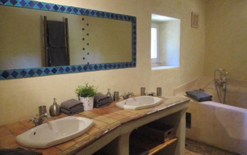 Location de vacances - Mas à Saint-Restitut - La salle de bain de l'étage