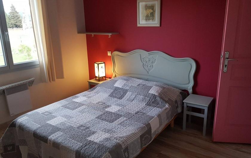 Location de vacances - Gîte à Rieux-en-Val - Chambre avec un lit double du gite grenache avec vue sur les vignes