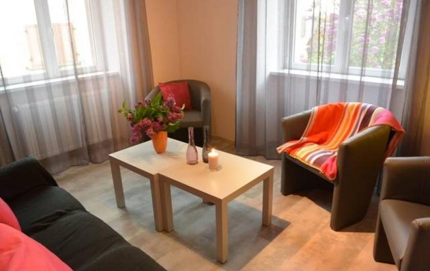 Location de vacances - Appartement à Kaysersberg - salon avec canapé fauteuil